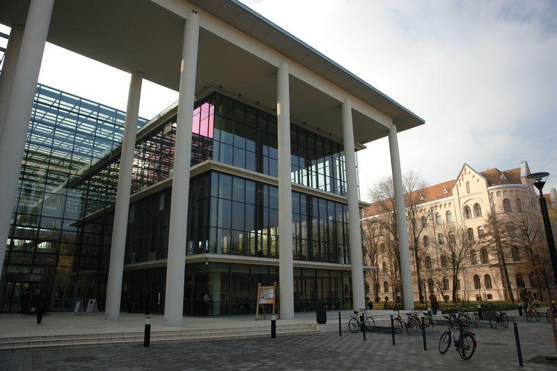 SZTE Tanulmányi és Információs Központ főbejárati frontja háttérben a Bölcsészettudományi Kar épületével