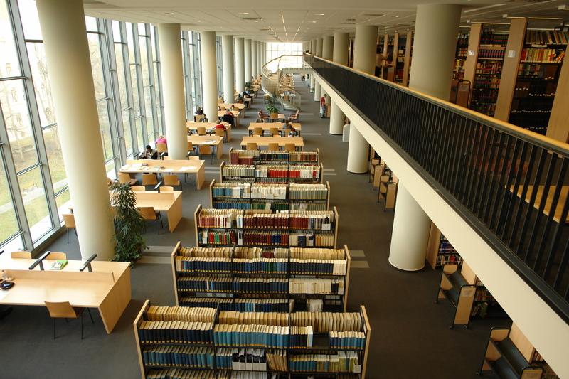 Letekintés az Egyetemi Könyvtár negyedik emeleti galériájából a harmadik emeleti nyelvi és irodalmi szakolvasói térre