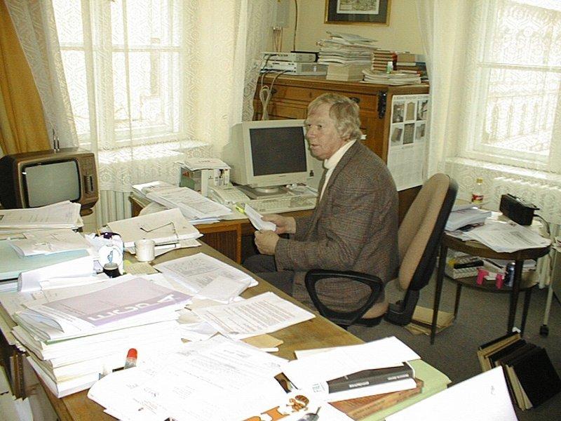 Mader Béla az Egyetemi Könyvtár igazgatói irodájában