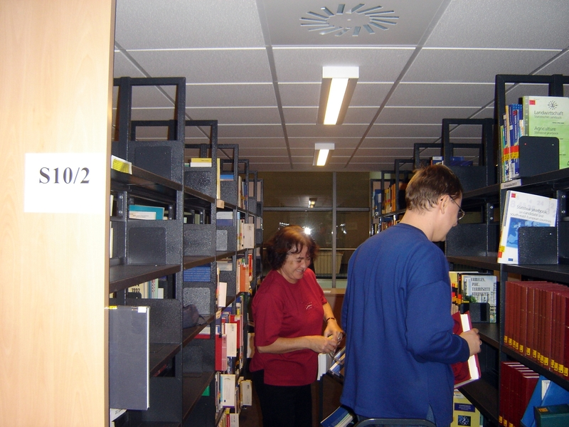 Költözik a könyvtár : a első emeleti szakolvasó köteteinek felhelyezése