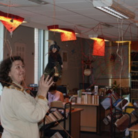 """Könyvtári Éjszaka 2008 - """"Boszorkányok márpedig vannak!"""" :  olvasótermi előkészületek a nagyolvasóban : Feldolgozó osztály boszorkányműhelye : hallgatóság a második emeleti galérián"""