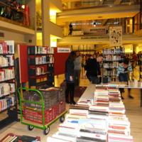 """Könyvtári Éjszaka 2015 - """"Detektívek éjszakája : A nyomok a könyvtárba vezetnek!"""" : vendégek fogadása : könyvbörze"""
