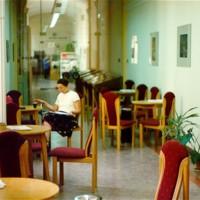 Az Egyetemi Könyvtár társalgója a Dugonics téri épület első emeletén
