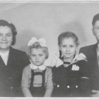 1957 augusztus kariko family.jpg