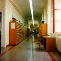 Az Egyetemi Könyvtár folyosója a katalógusfiókokkal a Dugonics téri épületben