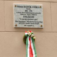 Bartók György emléktáblája a BTK bejárata melletti falon.JPG